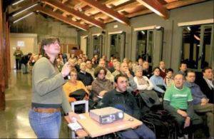 Maria Bruna Àlvarez Mora durant la conferència. A la seva esquerra Jordi Roig Buxó