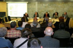 L'historiador Josep Ma Solé i Sabaté (al centre), durant la seva conferència, amb motiu de la commemoració del 77è aniversari de la II República