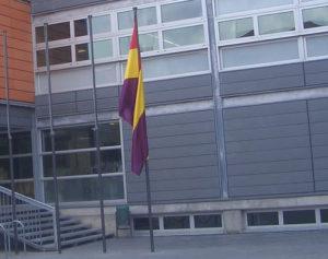 A partir d'aquest dia, la bandera republicana, cada 14 d'abril, oneja davant de la façana de l'Ajuntament. La Vanguardia (16/04/2008) se'n va fer ressò