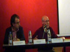 A la dreta, el professor d'història contemporània de la UAB, Joan Serrallonga Urquidi, durant la conferència. A la seva dreta, Pere Garcia Batalla, president del CREM