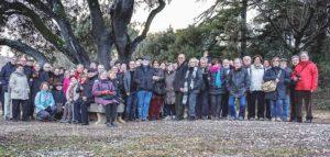 Participants a la sortida Ruta de l'exili, davant el monument a Lluís Companys i a la Pau (Coll de la Manrella). Guiatge de la historiadora i escriptora Assumpta Montellà