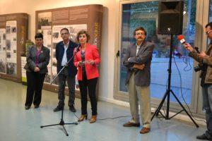 Presentació de l'exposició: Neus Garcia, regidora, Ernesto Vilàs, CREM, Isabel Garcia, alcaldessa i Josep Santesmases, president de la Coordinadora de Centres de Parla Catalana (CCEPC)