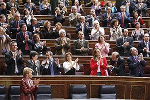 La vicepresidenta del govern, Teresa de la Vega, i un grup de diputats aplaudeixen l´aprovació de la Llei de la Memòria Històrica
