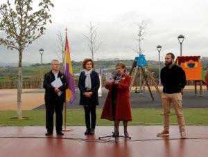 El CREM va col·laborar amb la lectura d'un manifest en l'acte organitzat per l'Ajuntament en la commemoració de la II República. D'esquerra a dreta: Rafael Martín (CREM), Isabel Garcia (alcaldessa), Angelina Marcè i Marçal Solà (regidor de Cultura). Foto: L'Informatiu Municipal